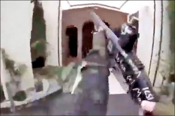 紐西蘭南島第一大城基督城15日爆發紐國史上傷亡最慘重的連環恐怖攻擊,至少49人在該城兩座清真寺遭射殺身亡,另有48人受傷。警方已拘捕3名涉案人。圖為塔倫架設在頭盔上的攝影機錄下對清真寺開槍濫射的經過。(美聯社)