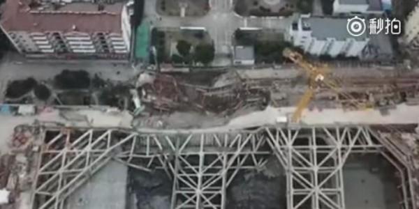 中國南京工地塌陷,附近180名居民緊急疏散。(圖擷自微博)