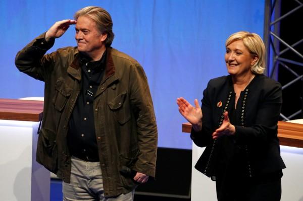 班農(左)正在團結包含法國「國民陣線」黨魁勒龐(右)等歐洲極右翼勢力,企圖改變歐洲的政治版圖。(法新社)