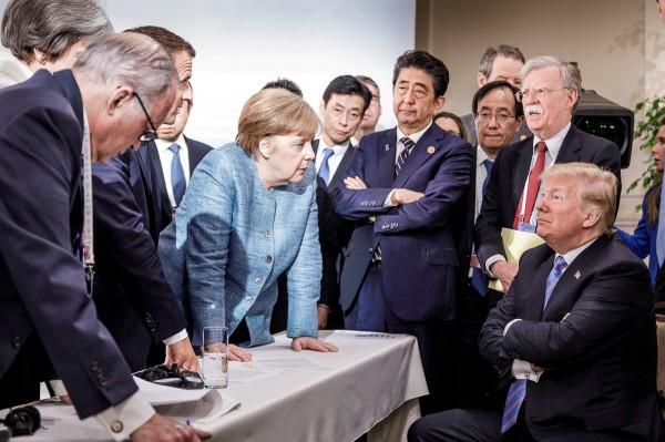 日前在加拿大舉行的「G7」工業國峰會,德國總理梅克爾在推特貼出一張各國領袖齊聚互視的經典畫面,引發網路瘋傳。(路透)