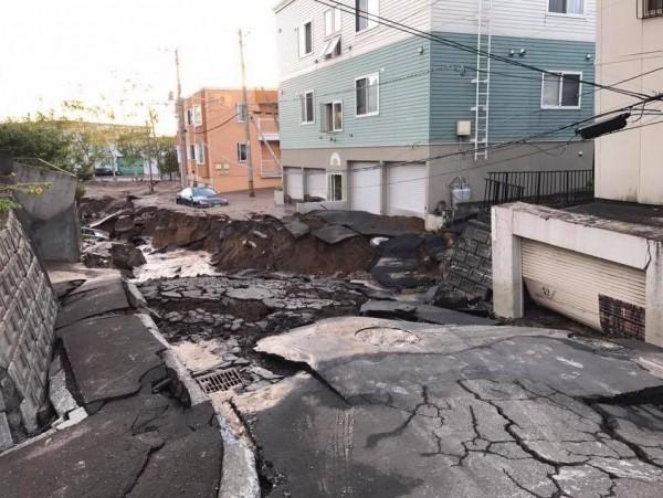 札幌市清田區出現土壤液化現象,造成路面塌陷。(圖擷取自Twitter)