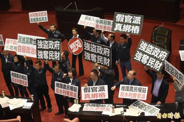 農田水利會組織通則修正案今天凌晨在國民黨立委的抗議聲中完成三讀,水利會確定改制為公務機關。(記者劉信德攝)
