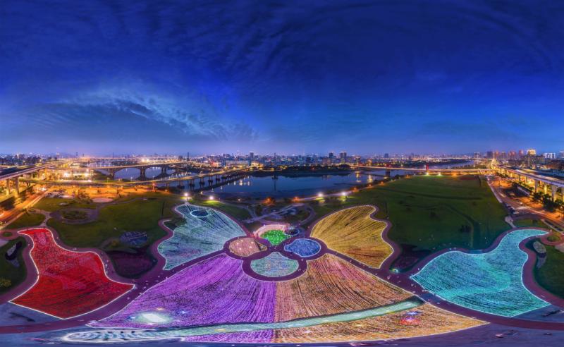 板橋「江翠蝴蝶地景公園」以50萬顆低耗能LED燈製造光雕美景,從空拍圖可以看到一隻「台灣寬尾鳳蝶」色彩鮮豔的形狀。(江政峯提供)