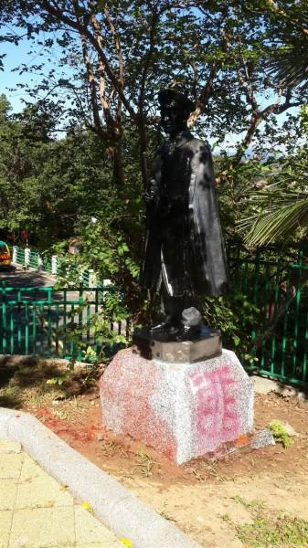 中正公園在主普壇入口右側的小公園裡蔣中正銅像遭噴漆,還被穿上小紅鞋。(資料照,記者盧賢秀攝)