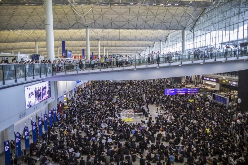 主辦方估計共有1.5萬人參加26日在機場內的抗議活動。(彭博)