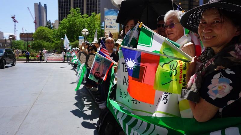 總統蔡英文於美國時間19日下午抵達丹佛,數百名來自各地的台灣僑胞聚集迎接。(中央社)