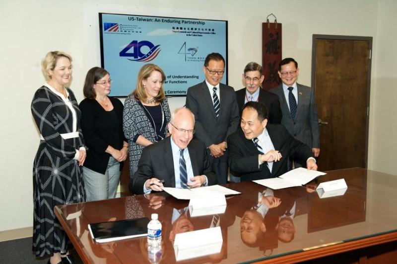 我駐美國台北經濟文化代表處與美國在台協會(AIT)13日簽署「台美有關部分領事職權諒解備忘錄」,將台美雙方的領事通知及領事探視權等領事協助職權制度化。(圖擷取自駐美代表處)