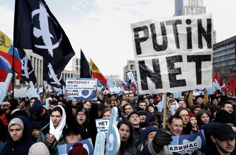 俄羅斯反對派三月十日在首都莫斯科舉行反「俄網」示威活動,大批俄國民眾出面抗議「普廷網」建立。(歐新社檔案照)