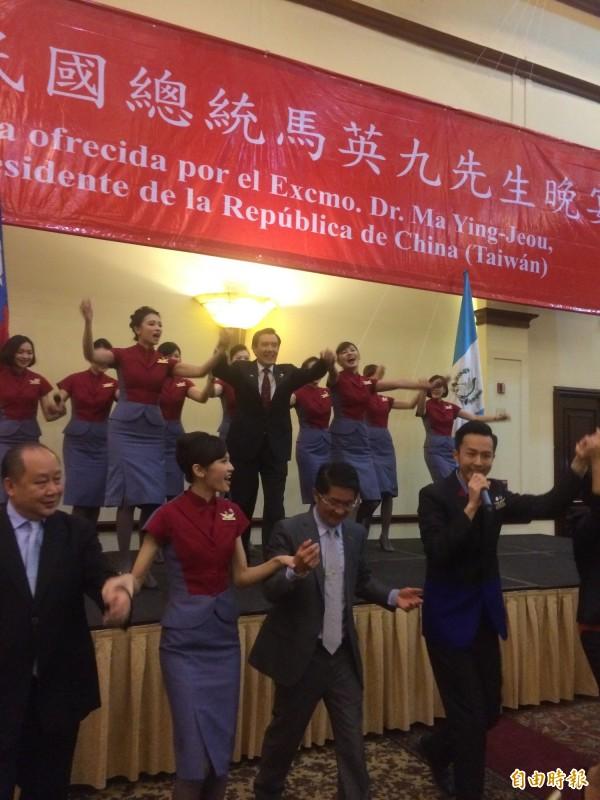 馬英九在僑宴上和空姐牽手跳舞。(資料照,記者王寓中攝)
