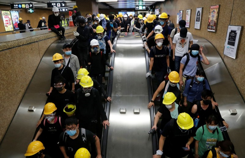 晚間11點多示威者利用地鐵籬開現場,警方清場作業也告一段落。(路透)