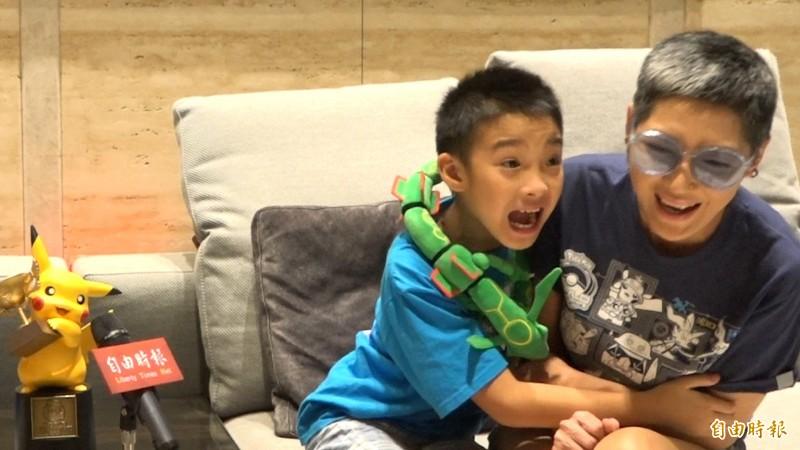 吳比的媽媽羅茵如(右)給孩子很大的空間,希望他們可以多培養自己的興趣。(記者張家寶攝)