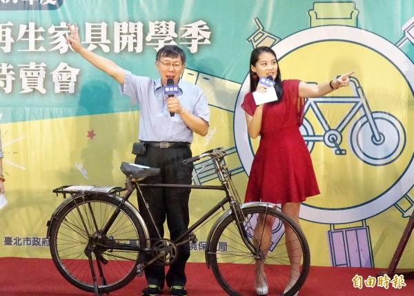台北市長柯文哲2日出席環保局「再生家具開學季特賣會」,主持再生家具拍賣活動,並接受媒體採訪。(記者方賓照攝)