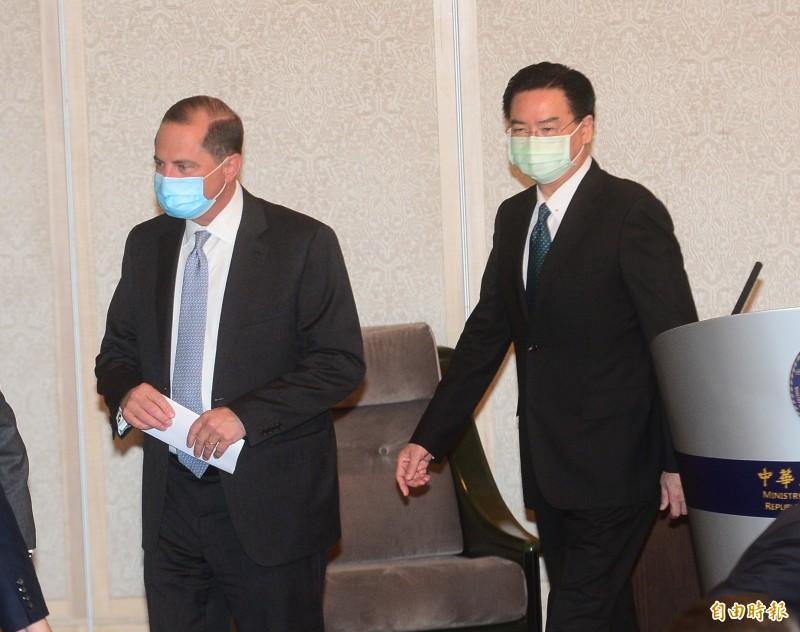 台美今舉行雙部長雙邊會,美衛生部長阿札爾(左)與台灣外交部長吳釗燮一起見媒體。(記者王藝菘攝)