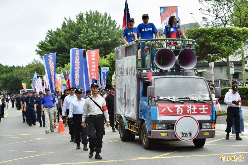 「八百壯士捍衛中華協會」發起集會遊行,到司法院前觀看軍公教年改釋憲直播結果。(記者塗建榮攝)