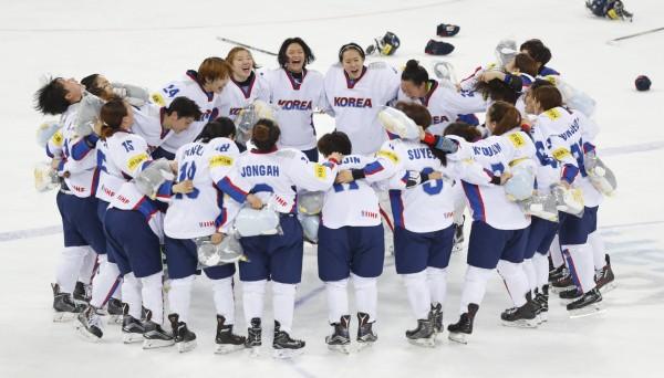 北韓透露,國際奧委會正考慮南韓提出「與北韓共組聯合女子曲棍球隊」的建議。圖為南韓女子曲棍球國家隊。(美聯社)