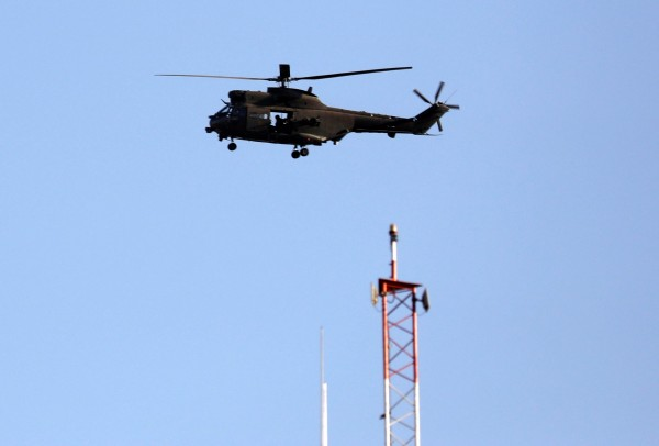 北大西洋公約組織(NATO)發布聲明,表示3日阿富汗首都疑似發生內部攻擊,造成美軍1死1傷。圖為飛越喀布爾的北約部隊直升機。(路透)
