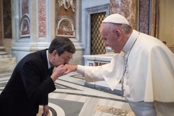 德蕾莎修女封聖典禮前,教宗方濟各向副總統陳建仁致意,方濟各說:「我會為台灣人民祈禱,也請你們為我祈禱」。(中華民國駐教廷大使館提供)