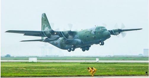 「定向紅外線對抗系統」(DIRCM)主要搭載於飛行載具,是南韓特種部隊在實施斬首行動時,所必須配備的核心裝備,軍方也對未來將參加斬首行動的C-130運輸機進行改造。圖為南韓C-130運輸機。(圖擷取自韓聯社)