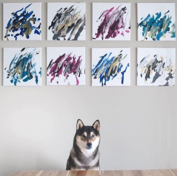 外國一隻柴犬最近在網路上爆紅,因為牠不僅會咬著筆刷畫畫,畫出來的作品還可以賣出好價錢。(圖擷自IG)