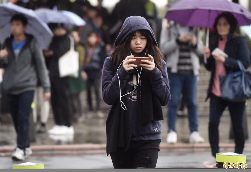 明天(26日)鋒面通過,東北風增強,各地易有間歇性的降雨;北台灣高溫將比今天下降約5至7度,大約在27至30度間。(資料照)