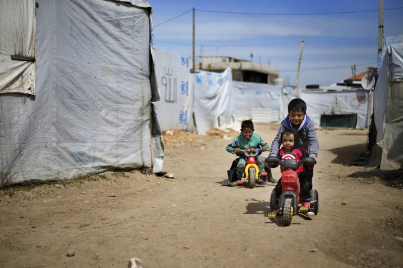 今敘利亞內戰開打在15日屆滿8年,人權組織表示,長年的戰亂已經造成至少37萬人死亡、1300萬敘利亞人失去家園。圖為失去家園的孩子在難民營玩耍。(美聯社)