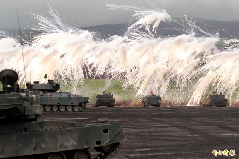 日本將在鹿兒島縣奄美大島和沖繩縣宮古島新設陸上自衛隊屯駐地,奄美大島預定部署560人,宮古島則將新增380人,圖為日本陸上自衛隊演訓的資料畫面。(彭博)