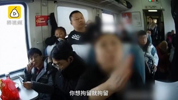 中國一名酒醉女子在火車上毆打2名女子,女子聲稱不想回家過年,就想被判刑。(翻攝自梨視頻)