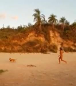 女子裸著上身,尷尬地在沙灘上狂追。(圖擷取自Reddit「u/zamus1」)