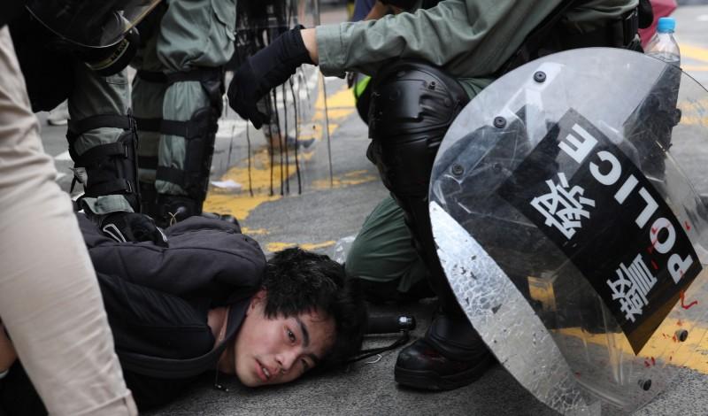 港府與港警將集會活動非法化、逮捕並痛毆示威者,讓香港自由倒退至中國水平。圖為港警逮捕反送中人士。(歐新社)
