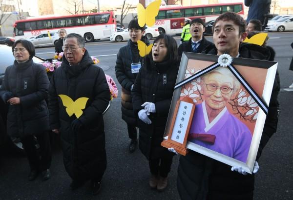 今日有數百名金福童女士的親友、慰安婦團體,身穿黑衣、拿著黃色紙蝴蝶,在日本駐南韓大使館前,替金福童女士舉行告別式。(法新社)