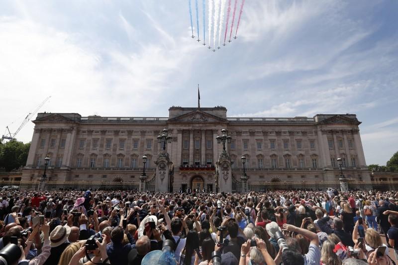 英國白金漢宮再現安全漏洞,一名男子在週三(10)凌晨闖入宮殿內,4分鐘後才被逮捕。(美聯社)