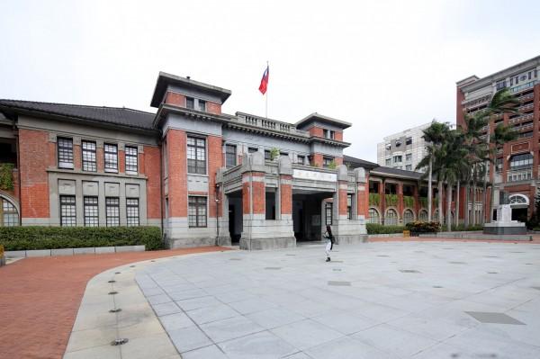 走在新竹州廳前的廣場,仰看工整對稱方正的官方建築,感受舊時的威權氛圍。(記者臺大翔攝)