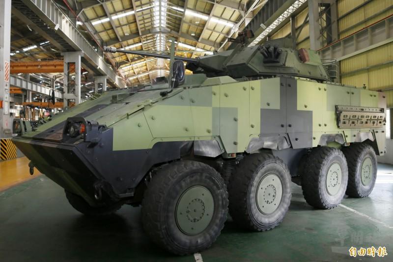 中科院使用MK44型30公厘機砲研發「艦載鏈砲遙控系統」。圖為裝備MK44型30公厘機砲的雲豹8輪甲車。(資料照)