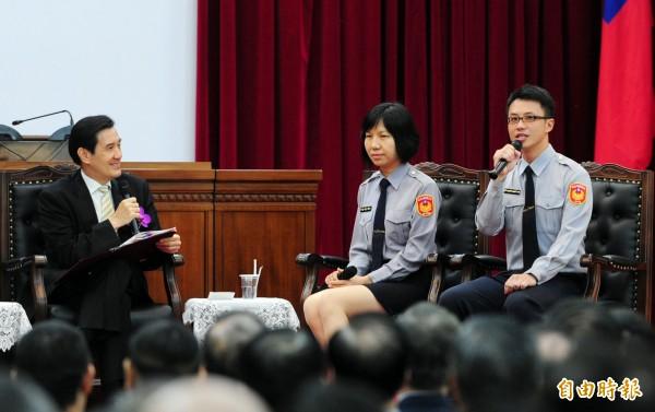 林致孝(右)曾在去年的「警察節慶祝大會」上,擔任基層代表,與總統馬英九總統(左)進行座談活動。(資料照,記者羅沛德攝)