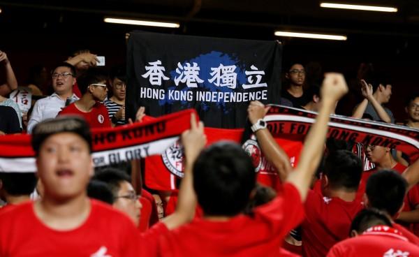 香港足球代表隊今(10)日晚間在亞洲盃外圍賽於香港大球場迎戰馬來西亞,有球迷高舉「香港獨立」標語。(路透)