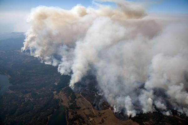 鄭明典在臉書指出,這種「乾燥加強風」的天氣條件下,火勢一發不可收拾,「這種火太嚴重了。」(美聯社)