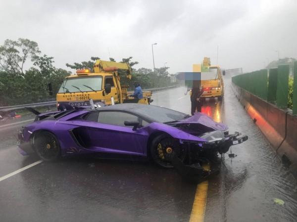 疑因下雨天高速公路路面濕滑,一輛要價4000萬的紫色藍寶堅尼超跑Aventador LP 750-4 SV打滑撞爛。(圖擷取自《台灣新聞記者聯盟資訊平台》臉書粉專)