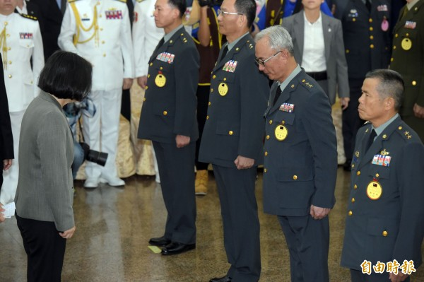 總統蔡英文參加今年下半年將官晉任典禮,打破過去慣例,僅向晉升將官頷首致意,沒有一一握手。(記者黃耀徵攝)