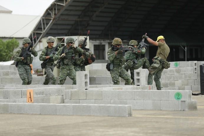 陸軍特戰官兵展開反特攻作戰操演,現場模擬得相當逼真。(圖:軍聞社提供)