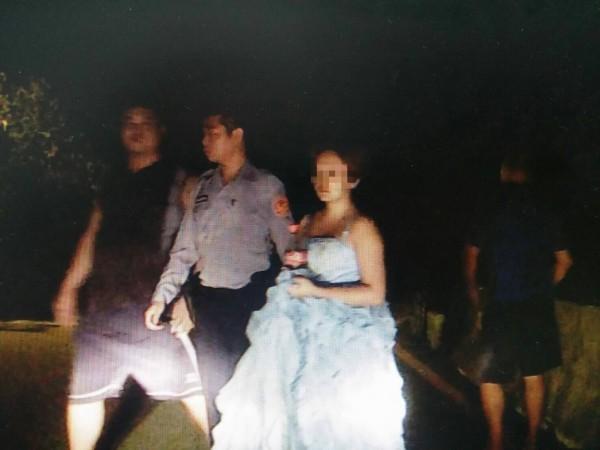 婚禮不被祝福,何姓女子深夜穿婚紗投海尋短,幸好被員警及時救回。(記者李容萍翻攝)