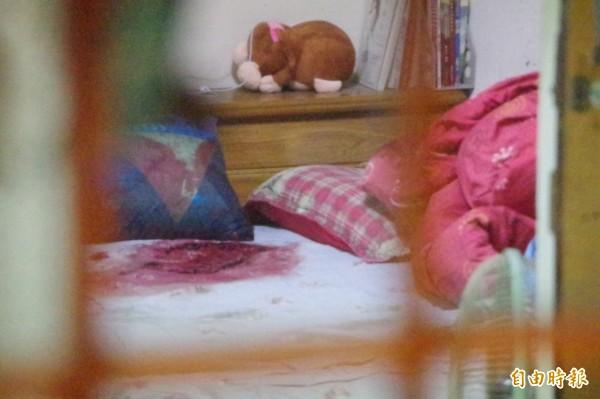 命案現場的床鋪沾染大量血跡。(記者曾迺強攝)