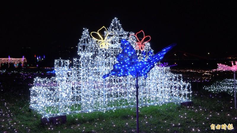 花海的廣場,設置了「破蛹圓夢」、「舞動彩翼」、「生命傳承」、「玫瑰蝶廊」與「派對動物」等8大主題的裝置藝術,此為「蝴蝶城堡」展現光雕彩蝶飛舞景像。(記者張家寶攝)