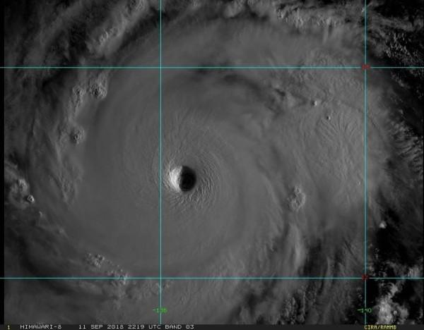 氣象局表示,東部可能出現大豪雨,部分地區恐有強陣風,有機會達停班課標準,但還是等較接近時再做評估。(圖翻攝自鄭明典臉書)