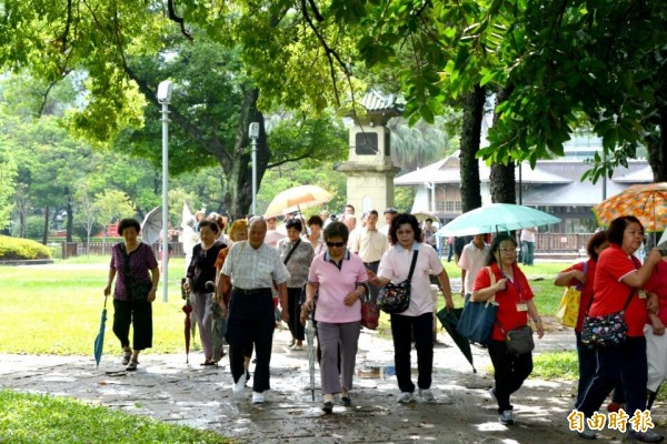 台灣進入高齡化社會,失智者患者提升的速度逐年增加,日本醫師建議可以透過「按摩耳朵」來預防失智。(資料照)