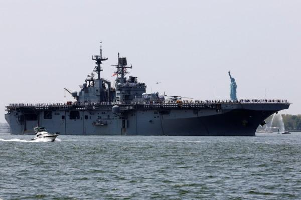 美媒指出,中國正在打造的075型兩棲攻擊艦,尺寸類似圖中美國的胡蜂級兩棲突擊艦。(路透)