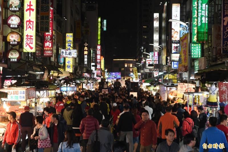 有日本廣告在六合夜市取景,網傳被媒體操作為「韓流發威」的新聞,高雄市長韓國瑜表示,「網路上酸來酸去」去相信很無聊。(資料照,記者張忠義攝)