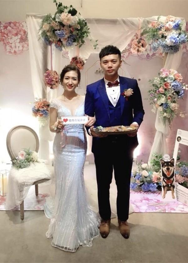 近期1對新人舉辦婚禮,但婚禮的喜糖、捧花、頭飾等物品,全都出自新娘(左)的巧手。事後,她將成果照PO網,不僅獲得網友一致好評,更有網友直呼「想婚了」!(王雅娟提供)