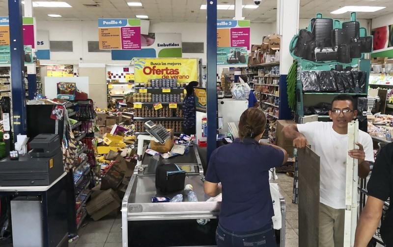 巴哥邊境傳出規模6.1強震,強烈搖晃讓商品散落一地。(美聯社)