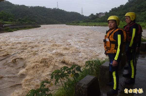 新北市坪林區北宜公路約40公里處,5日發生8人被暴漲的溪水沖走,救難人員趕至現場搜救。(資料照,記者簡榮豐攝)