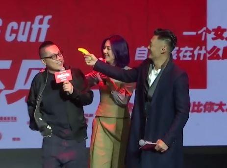 余文樂掏出香蕉當槍。(翻攝自YouTube)